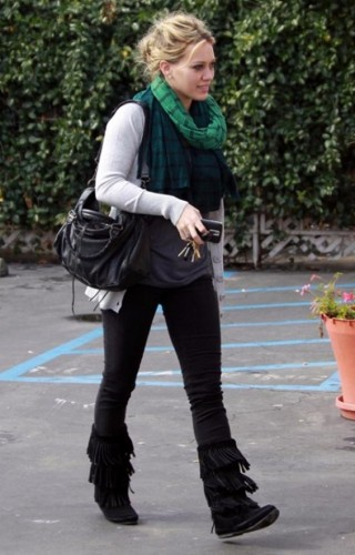 Hilary-Duff-Minnetonka-Womens-Layer-Fringe-Boot-2
