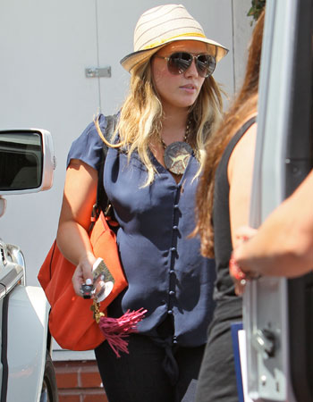 celebrities-summer-hats-hilary-duff